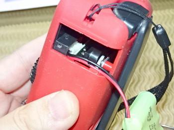コネクタで充電池は接続されている