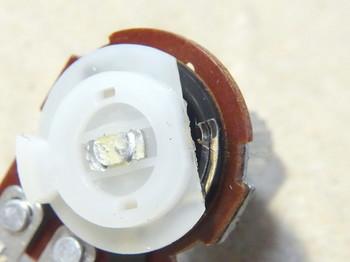 接点との接触部は白い線状に変色している