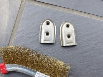 右が真鍮ブラシで磨く前、左が磨いた後