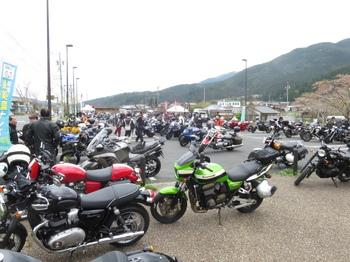 クシタニCbmの会場・道の駅加子母の駐車場はバイクで一杯