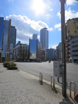 那古野の交差点から名古屋駅方向を見る