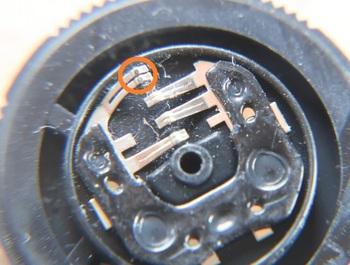 丸で囲んだ右側の接点は錆びている