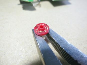 ロッキングプライヤーで固定したロータリーエンコーダーの接点部