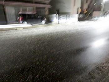 道には塩カルが撒かれていた