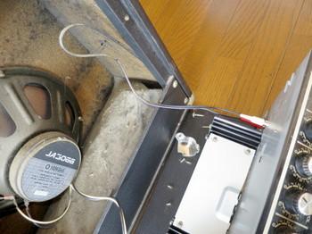 アンプ内部は厚さ1cmの埃に覆われている