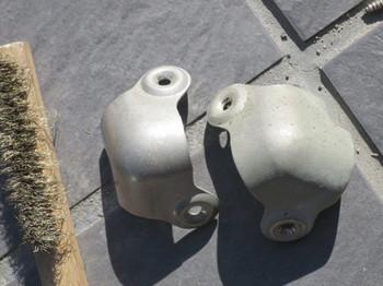金属部品を真鍮ブラシで磨く