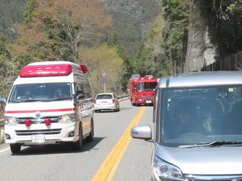 事故現場に向かう救急車と消防車