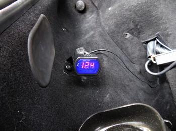 電圧を測定しているところ