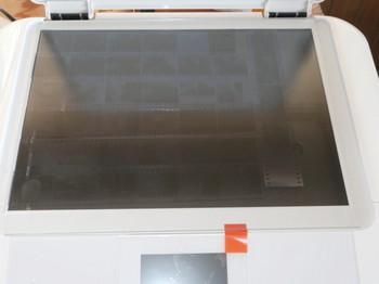 無反射ガラスの方がスキャナ画面よりも少し大きくてはみ出てしまう