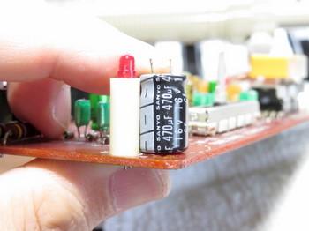 LEDの支えと電解コンデンサの高さが同じ