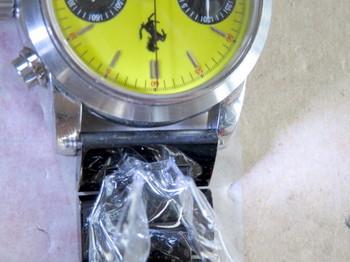 時計本体と金属ベルトがぶつかってしまう