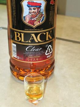 ショットグラスにブラックニッカクリアを少し注ぐ
