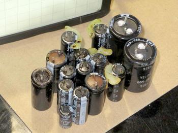 電解コンデンサは2個を除く全てが液漏れ