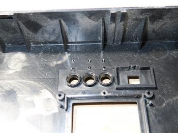 穴を開けた筐体の内側