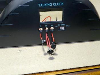タクトスイッチの配線を穴に通したところ