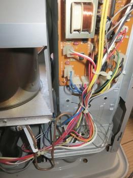 ファンヒーターの配線は基板に繋がっている