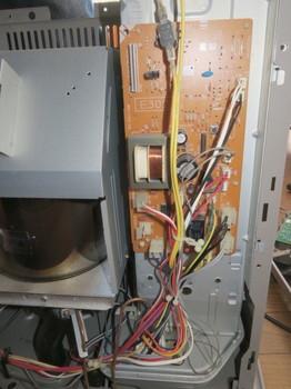 基板からファンヒーターに繋がるコネクタを抜いたところ