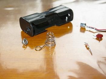 電池ボックスのプラス端子を取り除く