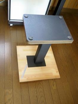 スピーカを載せる板とスピーカ台の位置合わせをする