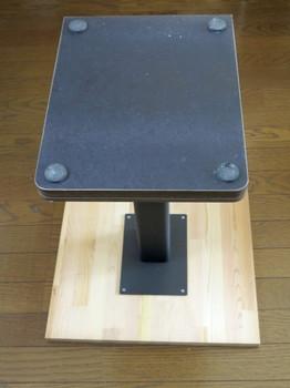 底板をスピーカ台に木ネジで固定する